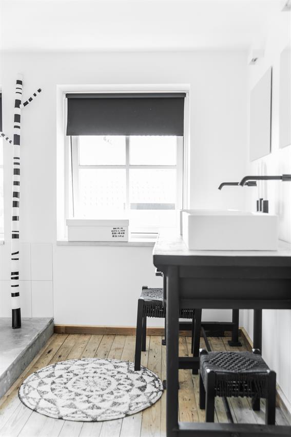 hk-living-badmat-zwart-ecru-rond-tap0852