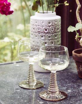 hkliving-sfeerfoto-wijnglas-gedraaide-voet-groen-sfeerfoto