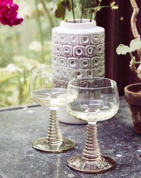 hkliving-sfeerfoto-wijnglas-gedraaide-voet-huidskleur-sfeerfoto