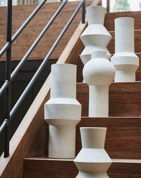 hkliving-sfeerfoto-vaas-wit-aardewerk-gespikkeld-hoekig-ace6820