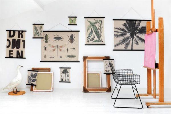 HK-living-schoolplaat-sfeer-geprint-katoen-zwart-houten-frame-xl-sfeer